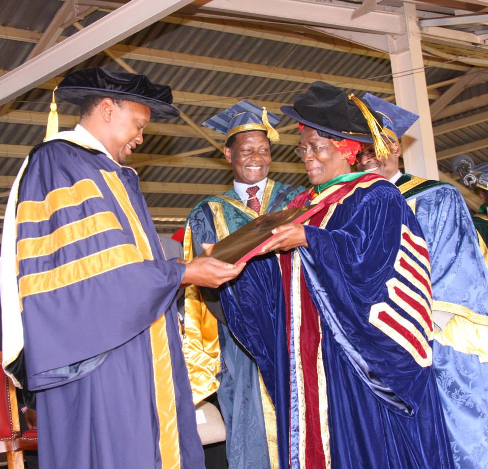 PHOTOS of Dr Uhuru MUIGAI Kenyatta after Moi University DOCTORATE Award