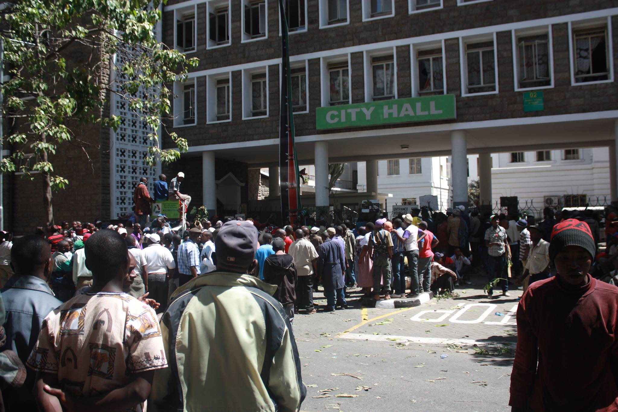 Fresh Protests in Nairobi as pro-Shebesh supporters storm governor Kidero offices
