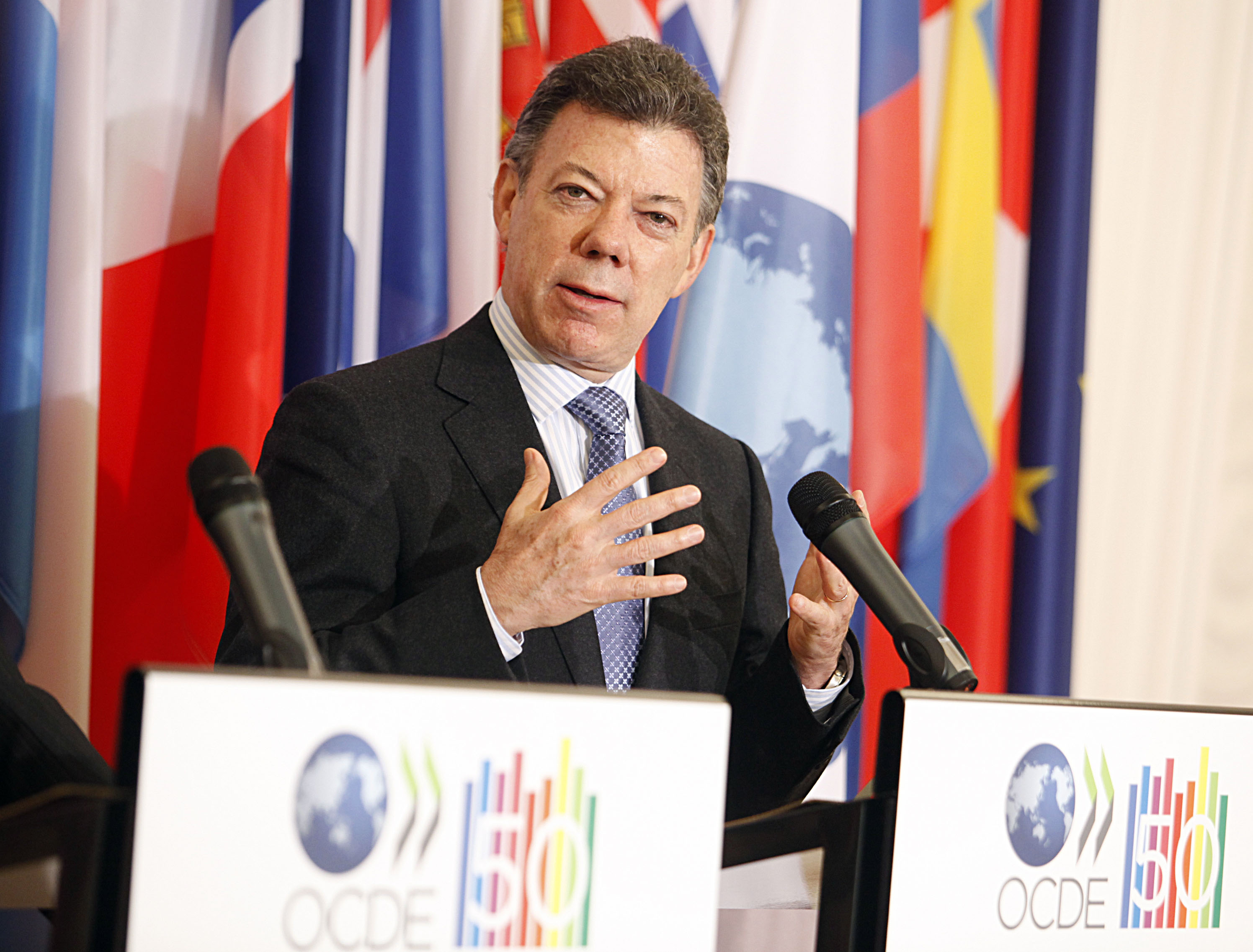 Shocking: President of Colombia wets pants while giving a speech!