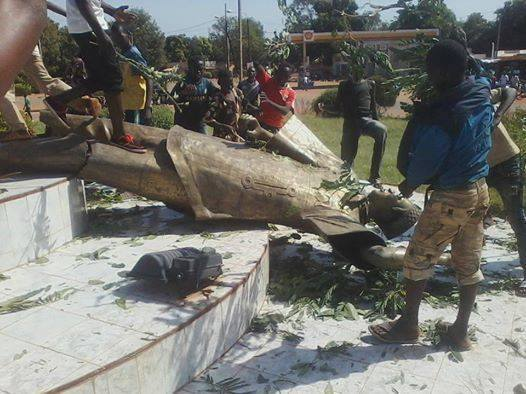 Burkina Faso Protesters bring down statue of Uhuru's friend DICTATOR PRESIDENT Blaise Campore,