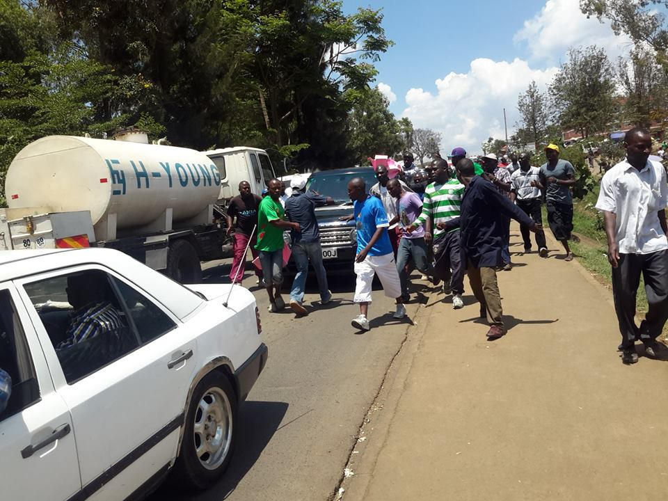 DRAMA as Kibera YOUTHS BLOCK former Raila aide Eliud Owalo as he entered the Constituency for a Harambee